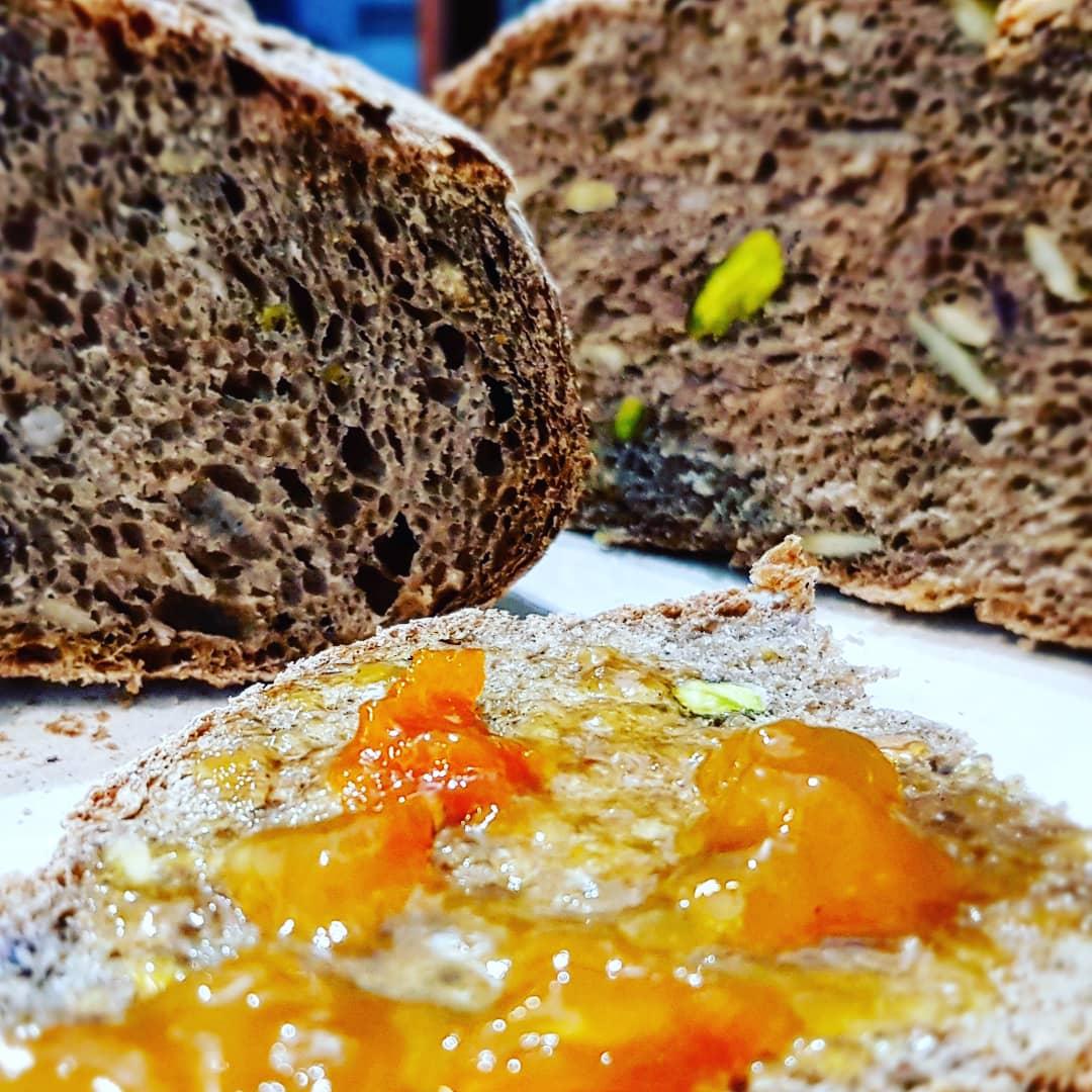 Pane integrale con pistacchi e semi