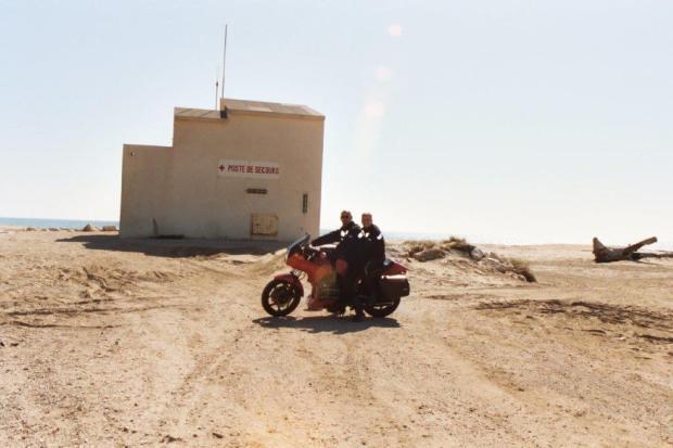 moto-op-het-strand