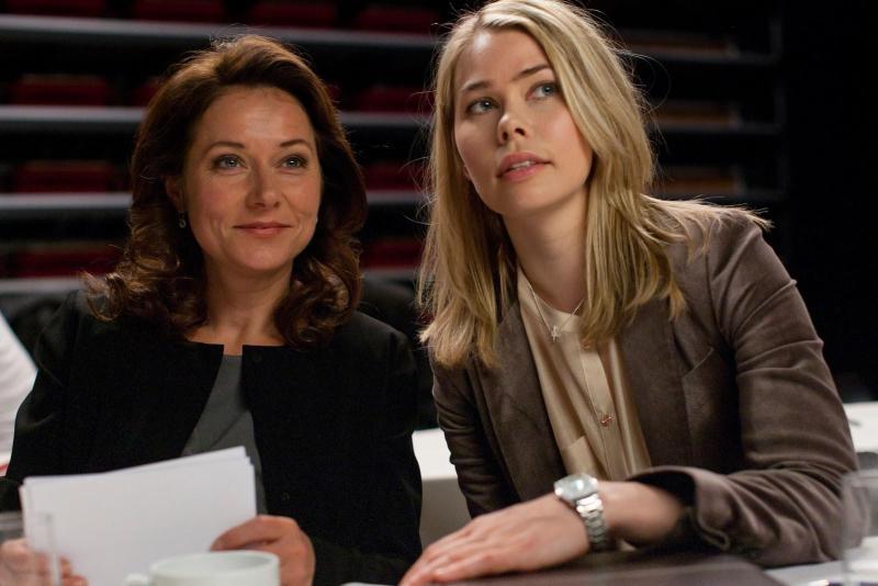 Birgitte Nyborg con su asesora Katrine Fønsmark. Foto:Filmaffinity