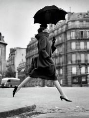 richard-avedon-carmen-homage-to-munkacsi-guys-jumping-umbrella