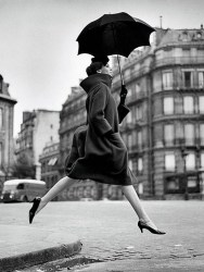 richard-avedon-carmen-homage-to-munkacsi-guys-jumping-umbrella
