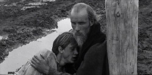 Rublëv e il giovane fonditore di campane in una scena finale