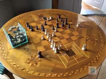 Schachbrett direkt im Tisch integriert