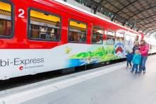 Globi-Express - Zentralbahn - Mütter mit Kind vor Globi-Zug