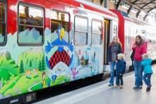 Globi-Express - Zentralbahn - Mutter mit Kind vor Globi-Express