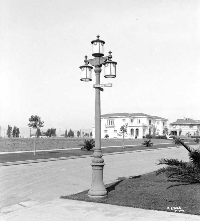 Lighting post on Wilshire Blvd at Windsor Blvd, Los Angeles, 1914