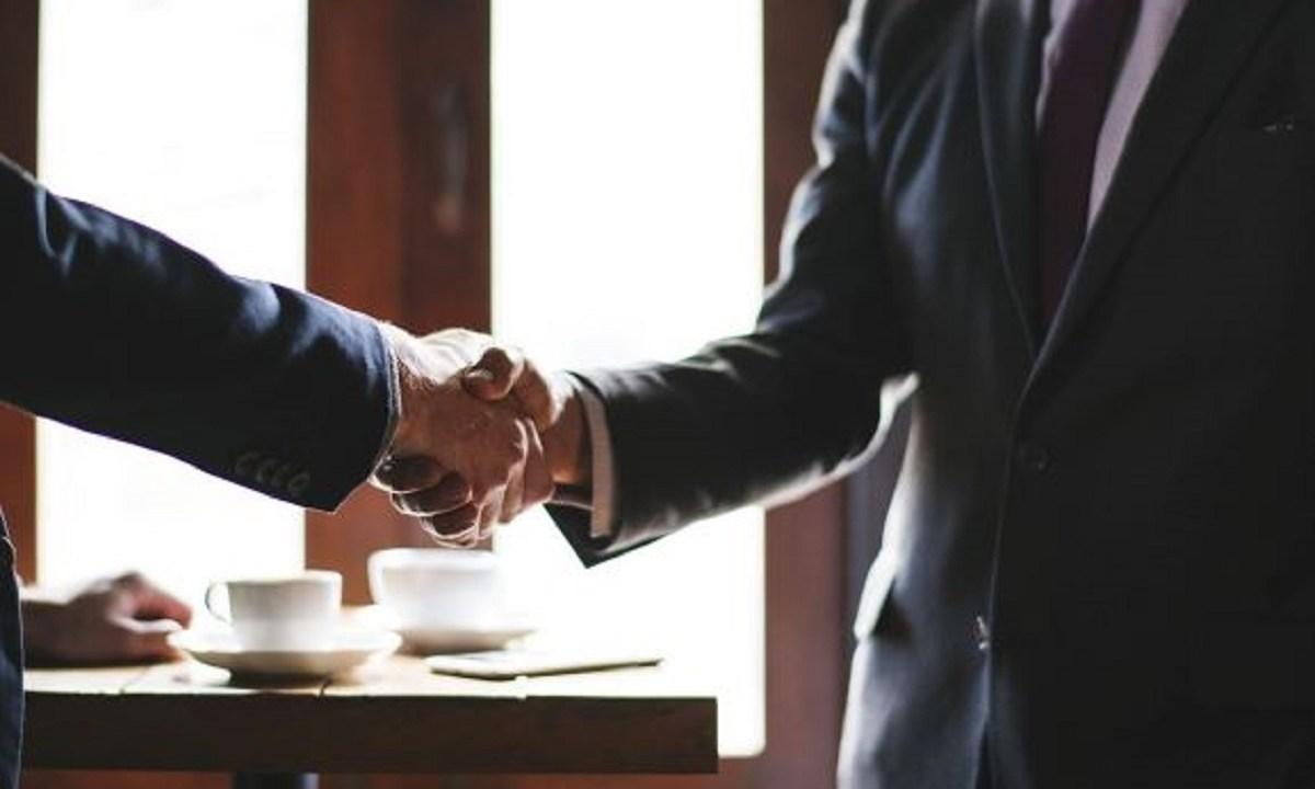 弁護士との契約による握手