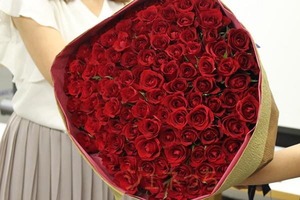 100本のバラの花束手渡しイメージ