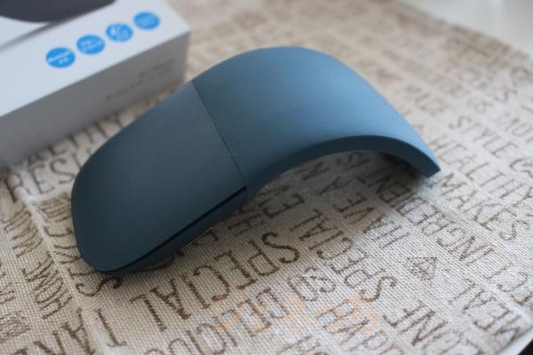 SurfaceLaptopBlueと一緒に借りたマウスは、手の平に合うように形が変えられる