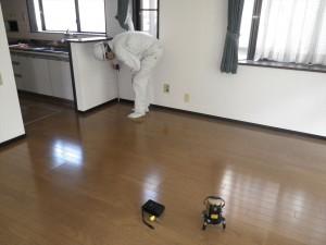 床の傾きを確認