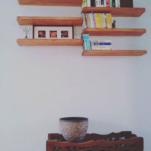 階段を上がった正面に好きなものを置く。住まわれる方のセンスの良さを感じます。 #自然 #木造 #好きなこと #木と風 #花 #もみの木の家 #伊丹市 無垢材 #新築 #リフォーム #地元にずっとある工務店でありたい  #空 #昆陽池公園 #丸野工務店