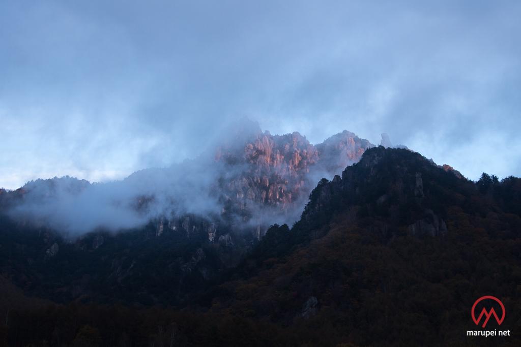 夕日に照らされる瑞牆山