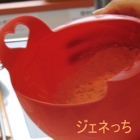 シリコンボールに、パンミックス粉を入れて、お湯入れて混ぜる