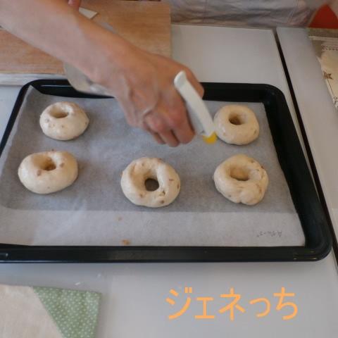 パンにシュシュッと、濡らして焼いていきます