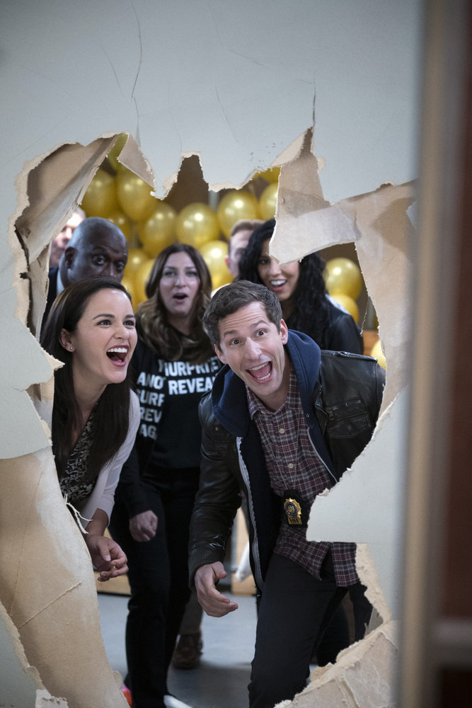 """BROOKLYN NINE-NINE -- """"The Last Day, Part 2"""" Episode 810 -- Pictured: (l-r) Andre Braugher as Ray Holt, Melissa Fumero as Amy Santiago, Chelsea Peretti as Gina, Stephanie Beatriz as Rosa Diaz, Andy Samberg as Jake Peralta --"""