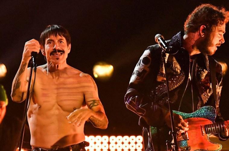Red Hot Chili Peppers y Post Malone compartieron el escenario en los Grammy.