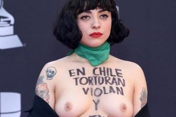 Mon Laferte protestó en la alfombra roja de los Latin Grammy