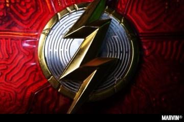 the-flash-director-traje-logo-andy-muschietti (1)
