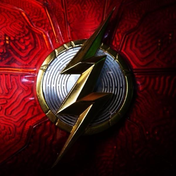 the-flash-director-traje-logo-andy-muschietti1