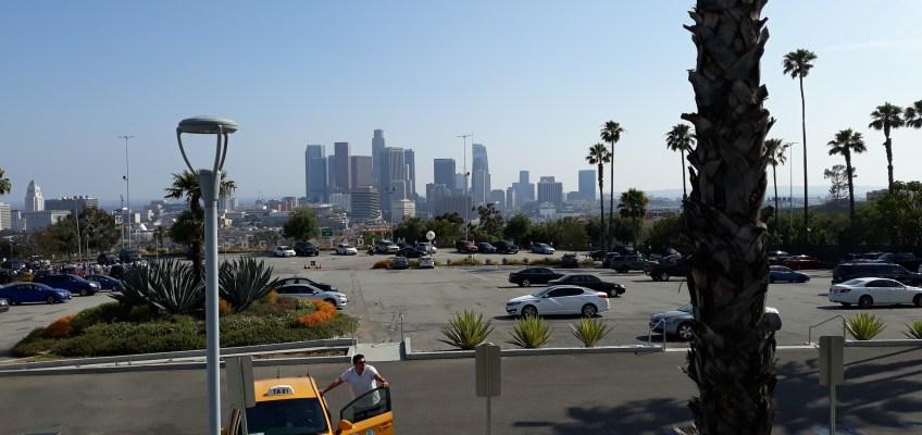遠くに見えるはダウンタウンの高層ビル群。