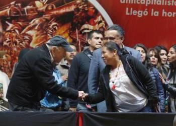 La precandidata María de Jesús Patricio saluda a Pablo González Casanova, durante el Encuentro Nacional Anticapitalista del CNI-CIG con las Trabajadoras y Trabajadores del Campo y la Ciudad