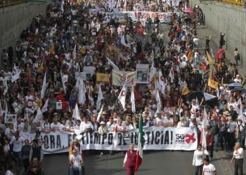 81002180. México 2 Oct 2018 (Notimex-Gustavo Durán).- Miles de manifestantes que participan en la marcha conmemorativa del 50 aniversario del Movimiento Estudiantil del 2 de octubre de 1968, realizan pintas, ondean banderas y gritan consignas mientras avanzan rumbo al Zócalo de la Ciudad de México. NOTIMEX/FOTO/GUSTAVO DURÁN/GDH/HUM/