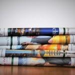 tidningar i hög som symboliserar publicister