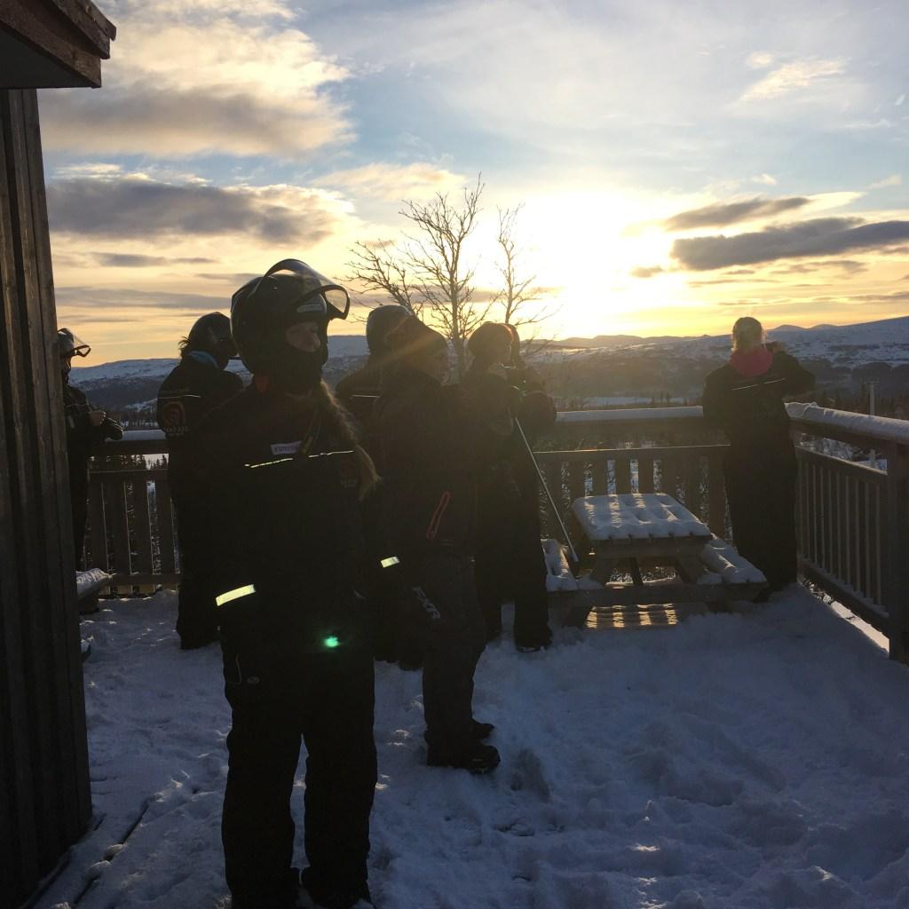Influencers samlade på verandan utanför Vita Renen för att ta bilder på solnedgången