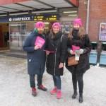 Tre aktivister från Feministiskt initiativ på internationella kvinnodagen i Skarpnäck, Stockholm