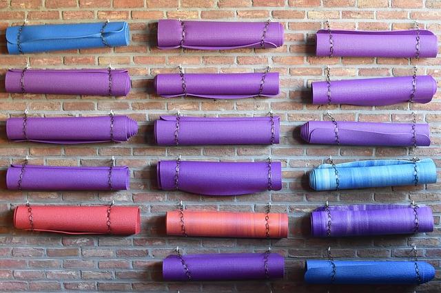Yoga-mattor för att illustrera konsumtion inom yoga-industrin