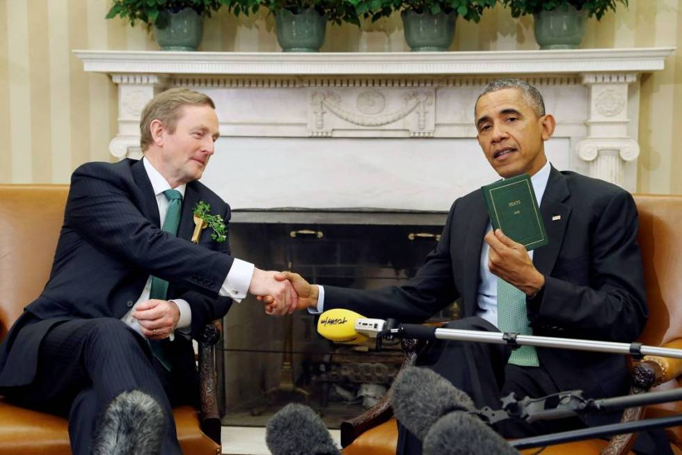 U.S. President Barack Obama holds a book of poetry by William Butler Yeats given to him by Ireland's Prime Minister Enda Kenny (L) during their meeting in the Oval Office as part of a St. Patricks Day visit at the White House in Washington March 17 2015. REUTERS/Jonathan Ernst