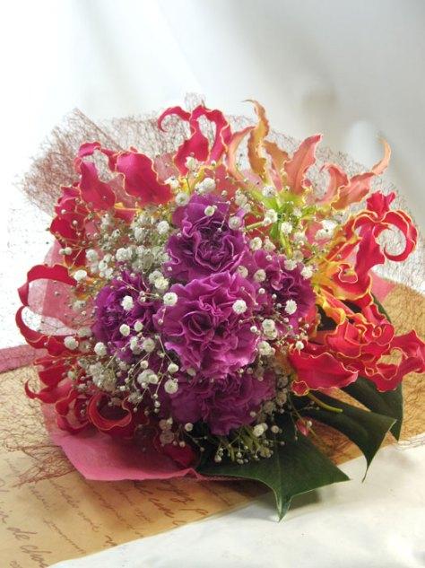 グロリオサとカーネーションの花束
