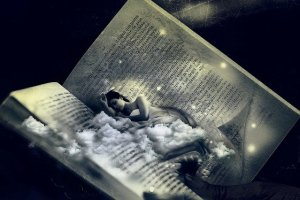 Femme dans un livre de rêves