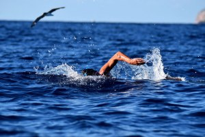 Christian Jongeneel nadando en el mar.