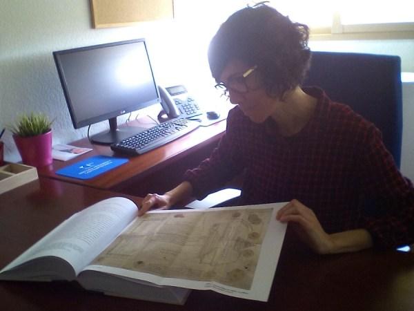 La profesora Lorena Roldán con el plano de la Catedral del comisario agraviado.