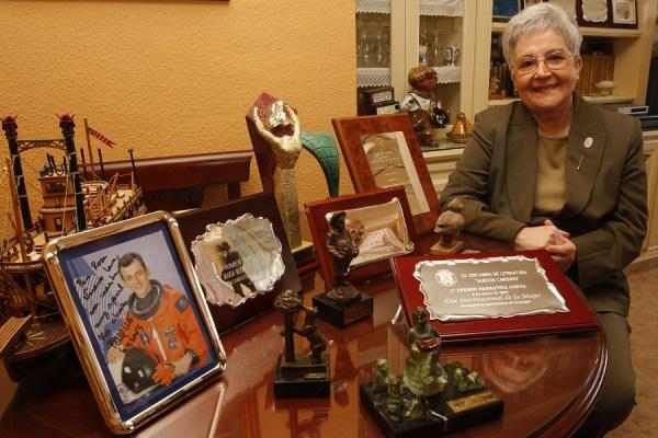 Rosa Navarro, en 2009, con la foto dedicada de Pedro Duque.