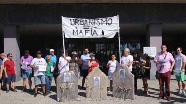 Protesta-puertas-Gerencia-Urbanismo-Malaga_1268583482_87566198_667x375