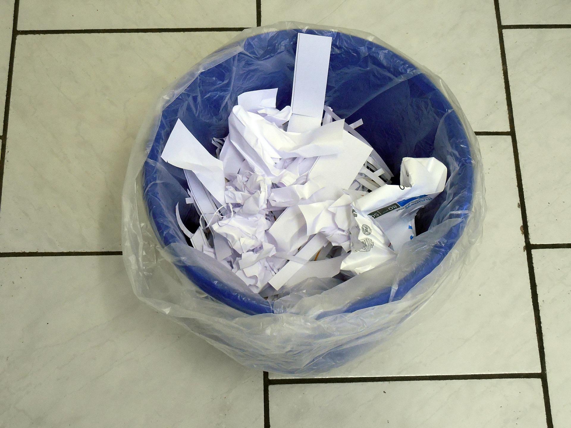 ゴミ箱と紙