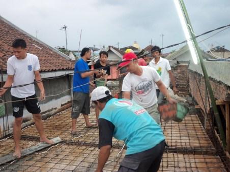 Dengan semangat kebersamaan warga RW03 melaksanakan pembangunan balai RW