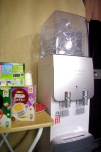 ウォーターサーバー(コーヒー・お茶・マドラー等はすべて個包装)紙コップはカップディスペンサーを設置しております。