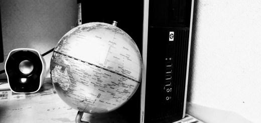 HP製デスクトップPCと地球儀
