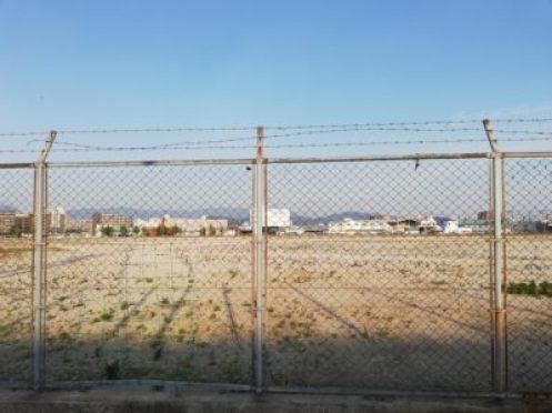 補修の跡がある古いフェンス