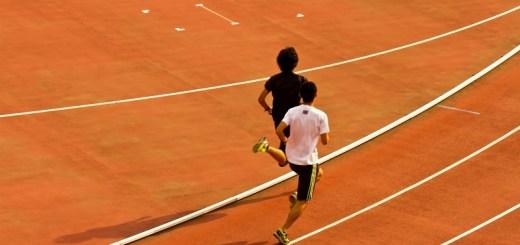 陸上競技場を走る選手