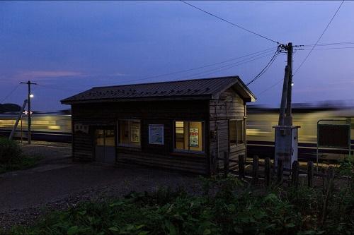 夕暮れ時の無人駅