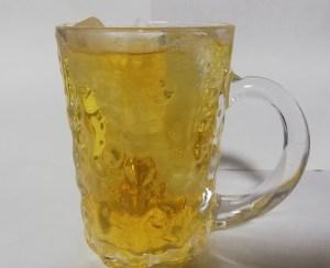 ビールジョッキに八女茶をなみなみ注いだ状態。氷入り。