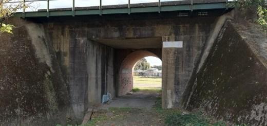 手前はコンクリート。奥はレンガのトンネル