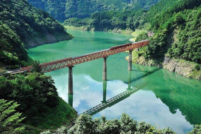 Этот красивый железнодорожный мост построен над горным водохранилищем в Южных Японских Альпах, на территории префектуры Сидзуока.