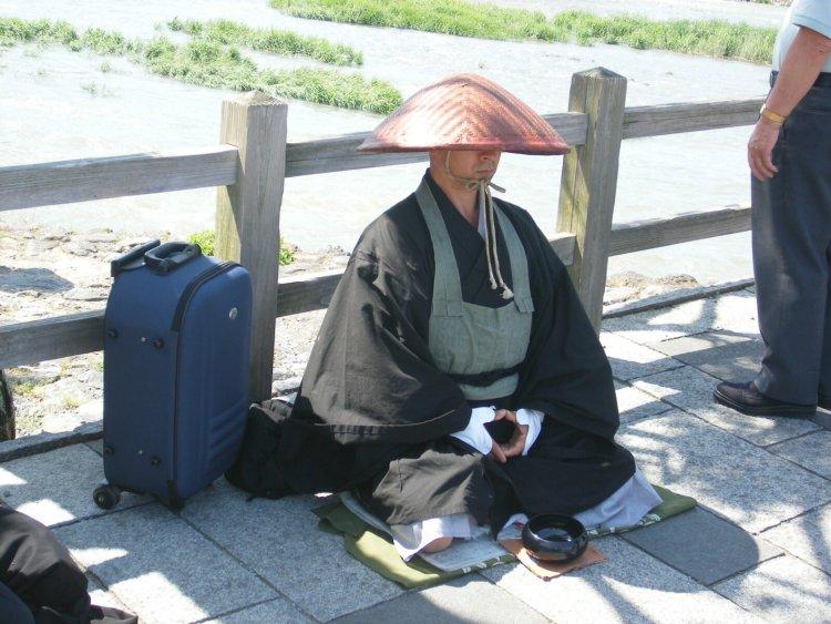 монах побирается