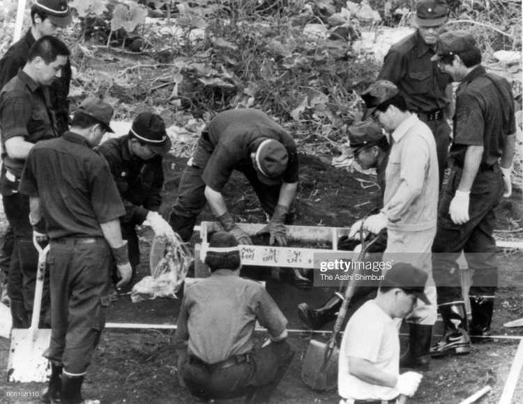16-ОЕ АВГУСТА: Офицеры полиции исследуют место, где подозреваемый Цутому Миядзаки  6 августа 1989 года  сжег кости убитой девочки, Токио, Япония.
