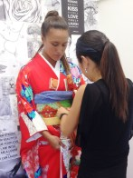 Hitomi explains the traditional kimono accessories - a knife, a fan, and makeup purse